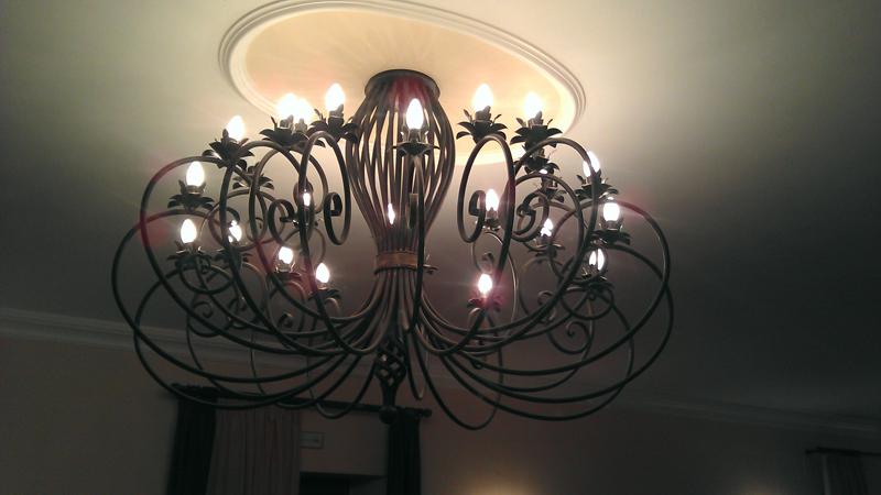 plafoniera in ferro batto forgiato a mano con 16 luci