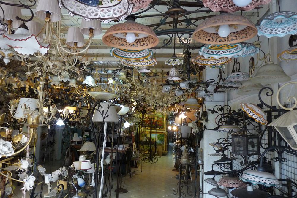 negozio zona espositiva con fabbrica di lampadari